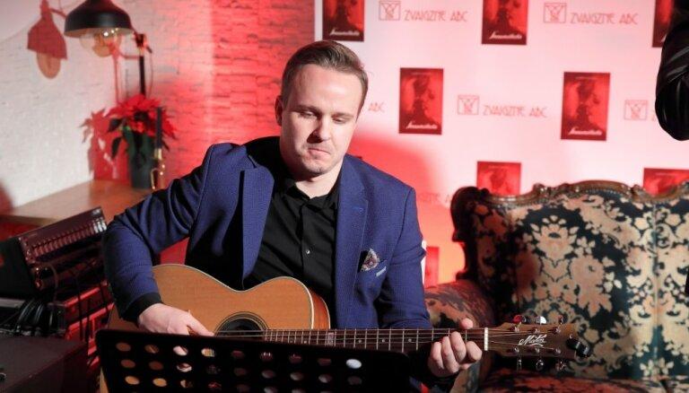 Noklausies! 'Klusa nakts, svēta nakts' ģitārista Jāņa Bērziņa izpildījumā