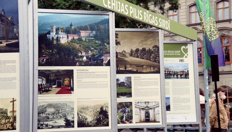 Līvu laukumā atklāta izstāde par Čehijas pilīm