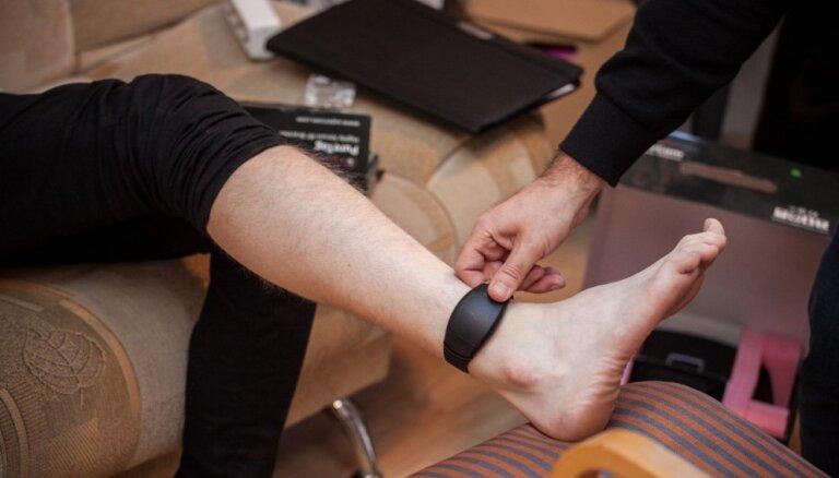 Valodnieki elektroniskās uzraudzības aproci iesaka saukt par probācijas kājsprādzi