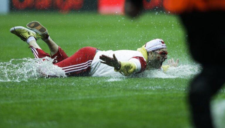 Lietus 'aizskalo' Pasaules kausa spēli Varšavā
