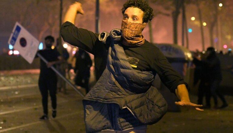 Katalonijā pēc protestiem aizturēti 54 cilvēki un teju 200 hospitalizēti