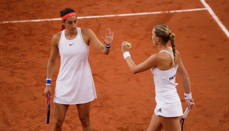 Francijas tenisistes smagā cīņā sasniedz Federāciju kausa finālu