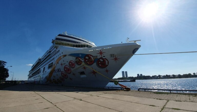 Foto: Kā izskatās uz kruīza kuģa 'Norwegian Pearl', kas piestājis Rīgā