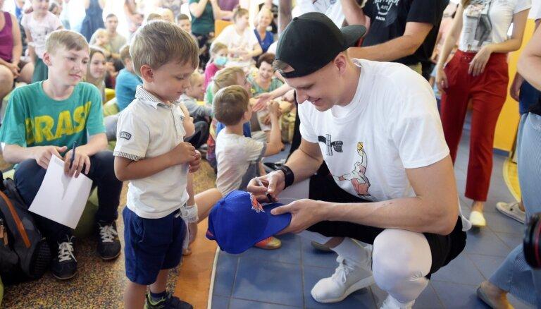 Foto: Porziņģis, brāļi Bertāni un Kurucs viesojas Bērnu slimnīcā