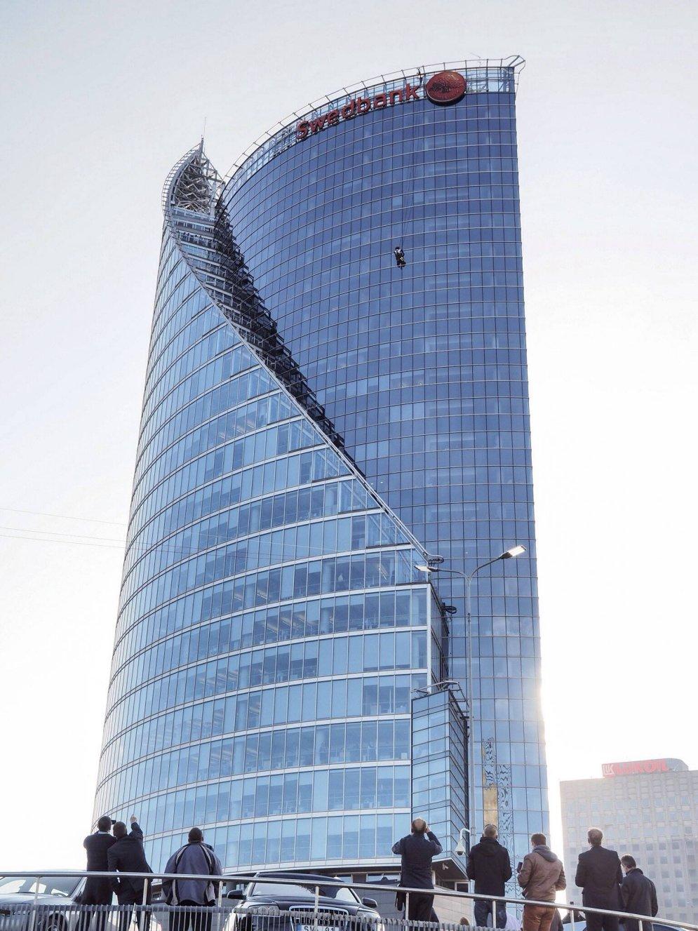 """""""Друг студентов"""" покорил """"Солнечный камень"""" - самый высокий в Риге небоскреб"""