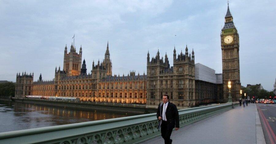 Дым поднимался над зданием парламента Великобритании