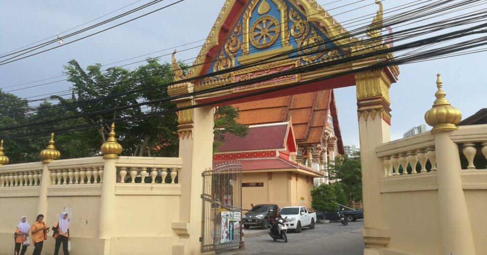 Открывший огонь по посетителям торгового центра в Таиланде удерживает заложников - ТВ