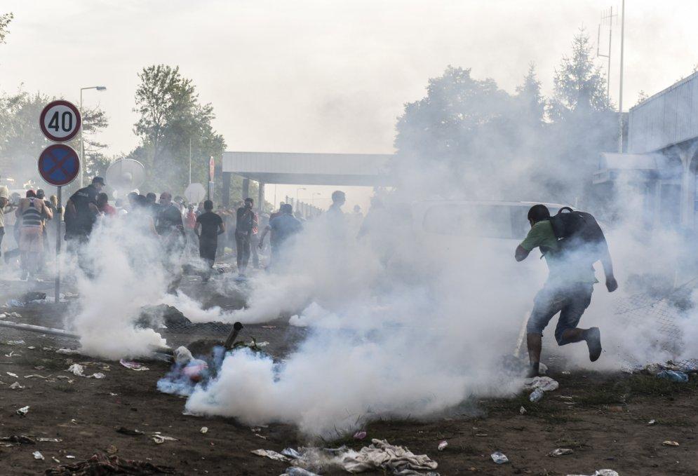 Слезы против водометов. 30 главных фото про попытку прорыва венгерской границы