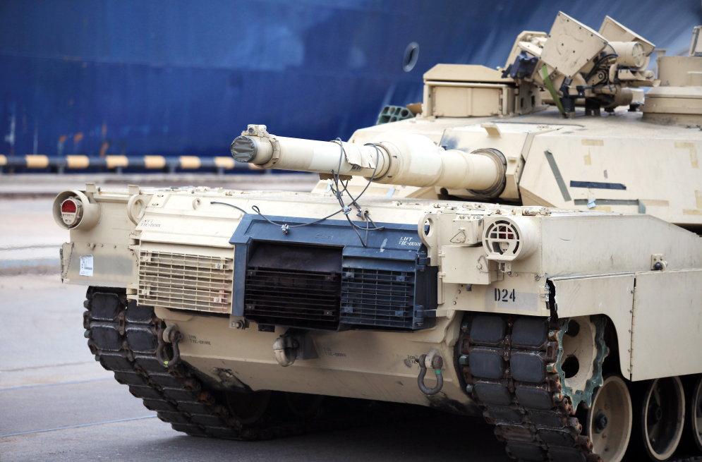 """На борту """"Обещания свободы"""" в Ригу прибыли американские танки и БМП"""