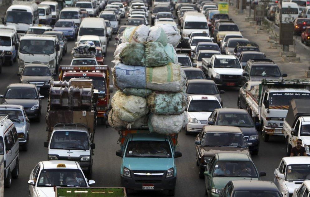 Как муравьи: 30 фото людей и машин, которые тянут и везут тяжести и огромности