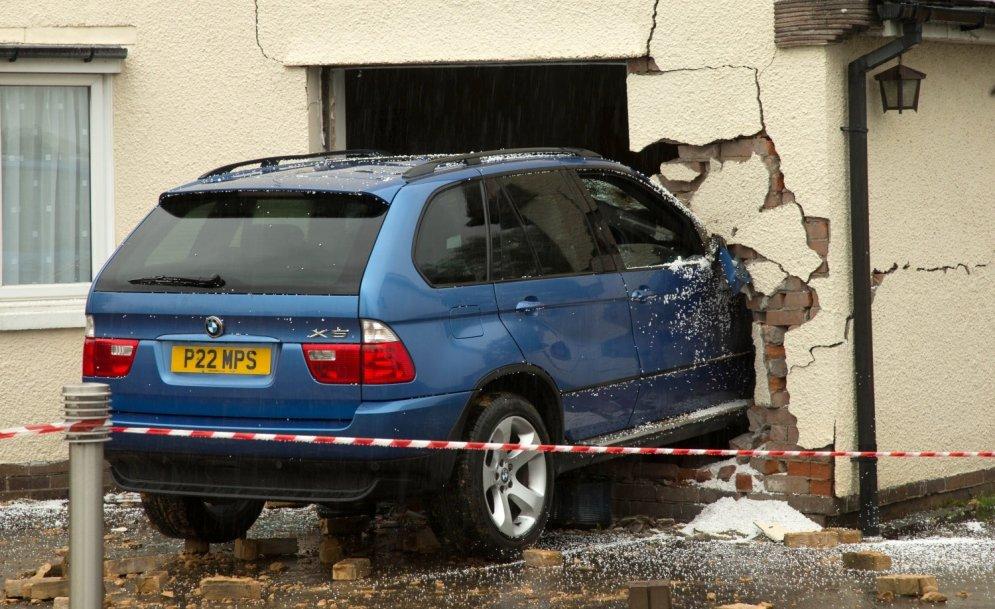 BMW spēks: iztriekties cauri ķieģeļu mūrim un mājas sienai