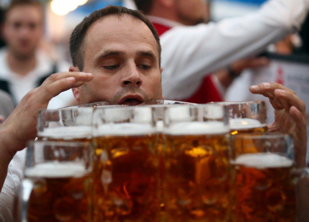 Немец перенес 29 кружек пива на 40 метров; побил мировой рекорд