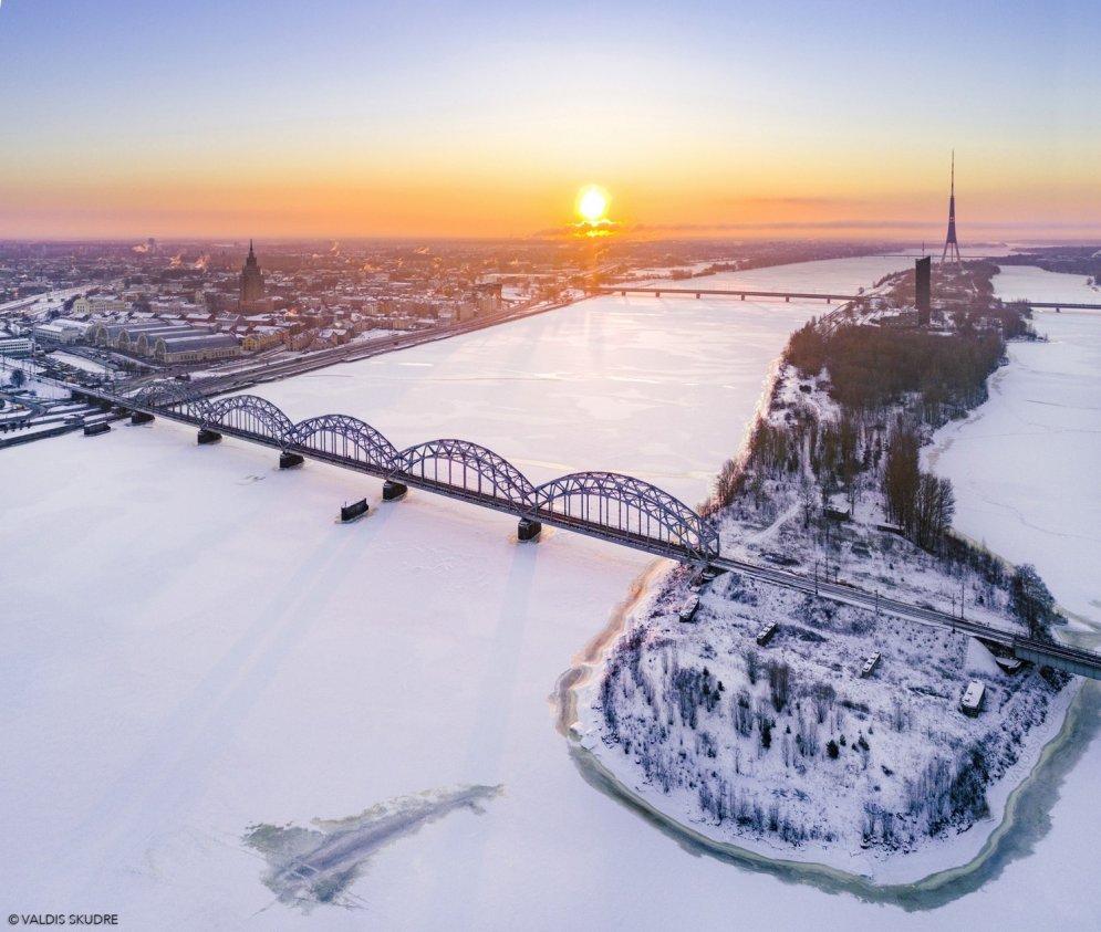 Saullēkts pār Rīgu: ziemīgi kadri no putna lidojuma