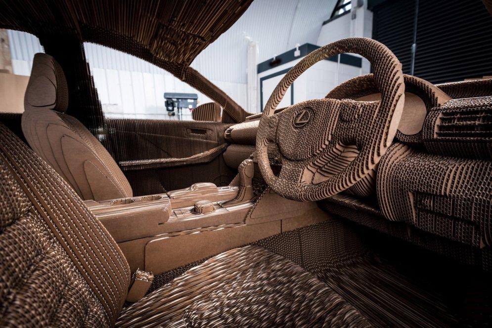 'Lexus' automašīna pilnībā izgatavota no kartona plāksnēm