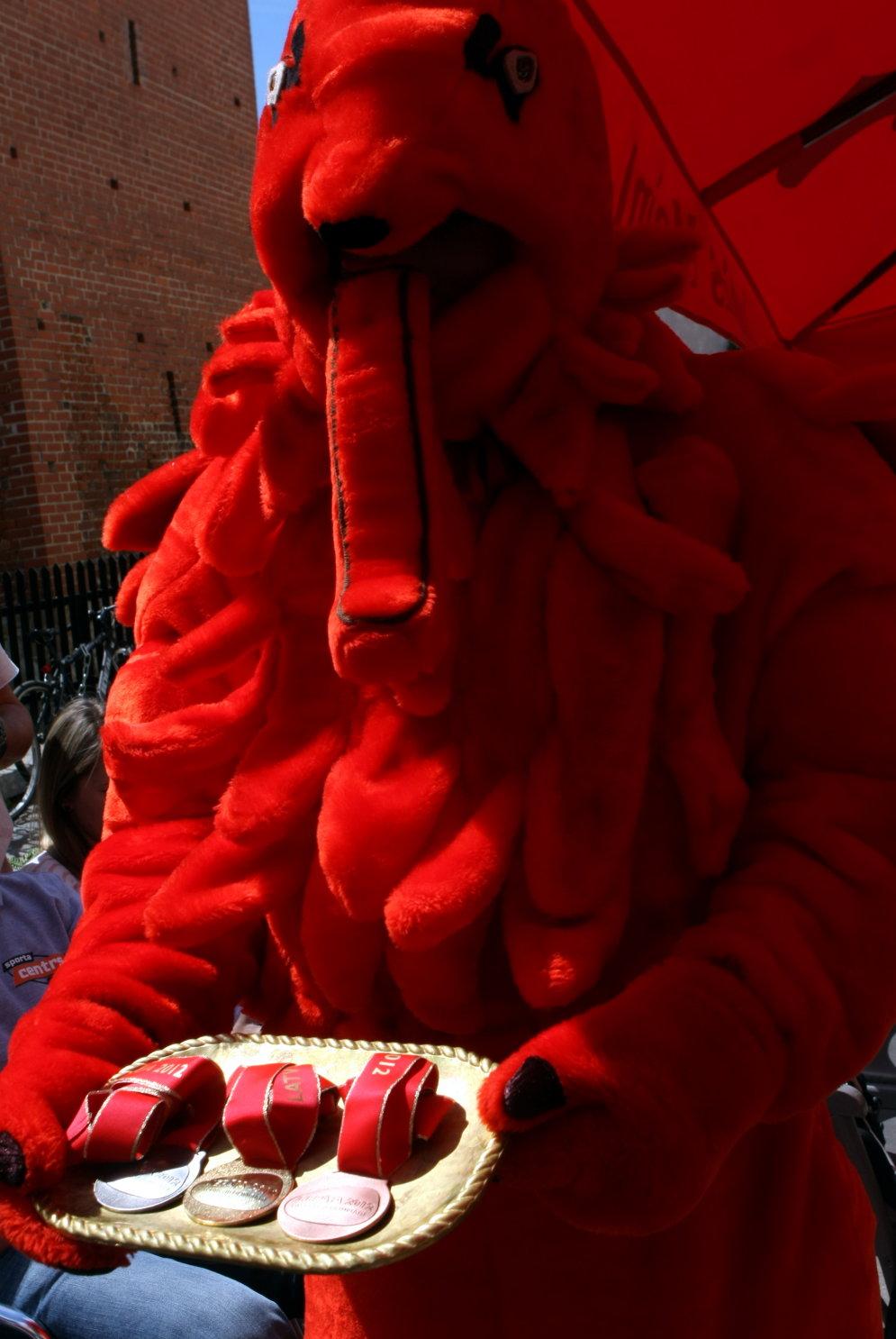 Фрик-шоу: Топ-20 самых... выдающихся латвийских кукол-талисманов