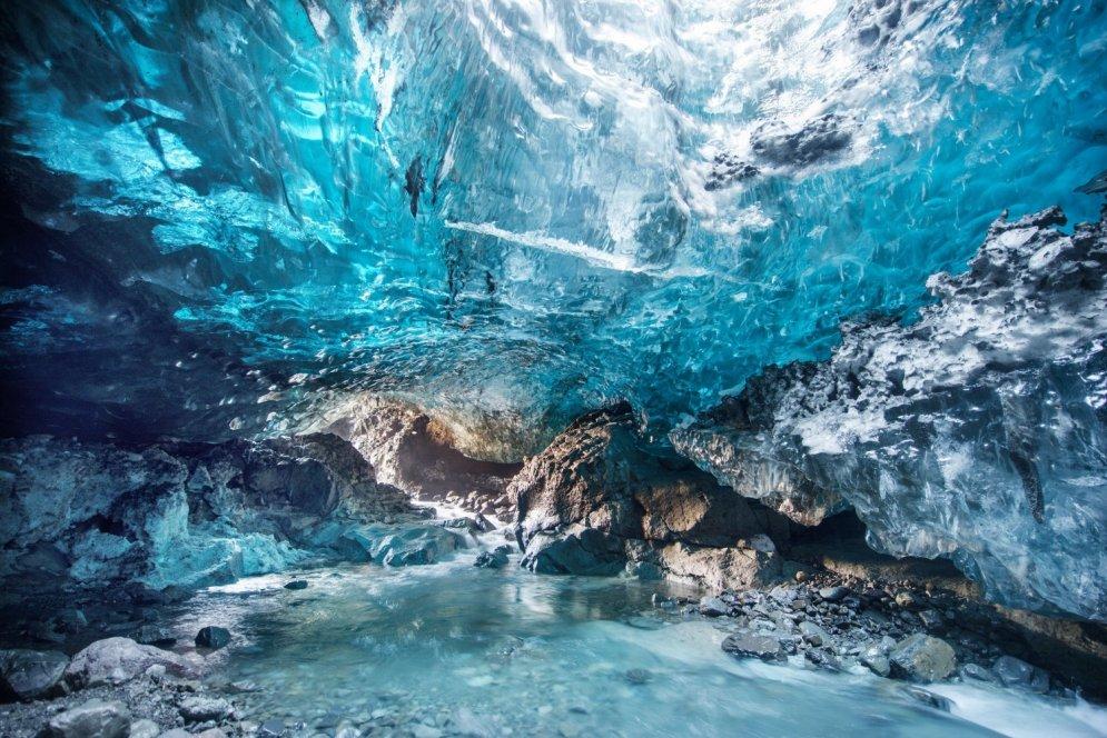Fotogrāfe nejauši atrod neatklātu eju Eiropas lielākajā ledus alā
