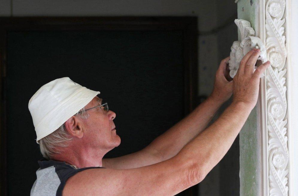 Pensionārs blokmājas kāpņu telpu pārvērš pilī