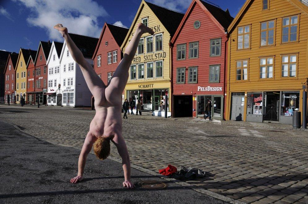 Vīrietis ceļo pa pasauli un visur kails stāv uz rokām, arī Rīgā