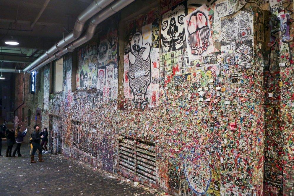 Mikrobu dēļ tīrīs slaveno Sietlas pilsētas košļeņu sienu