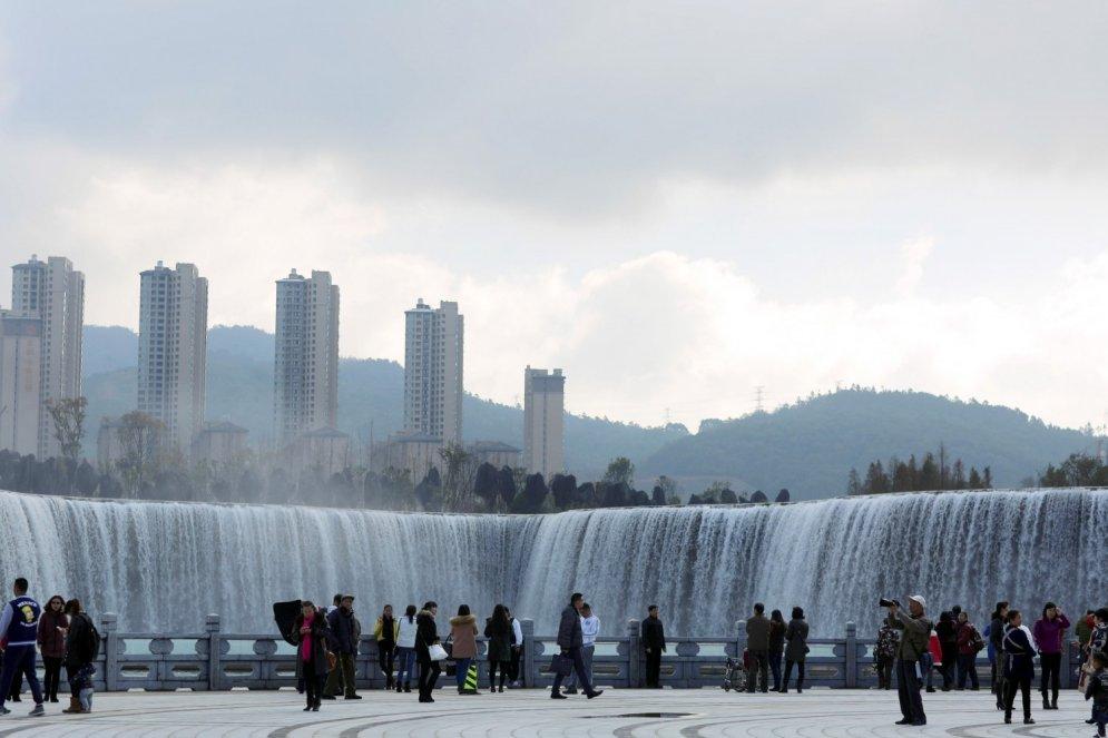 Ķīnieši uzbūvējuši 400 metrus platu mākslīgo ūdenskritumu